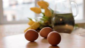 Crudo e uova sode fili intorno sulla tavola Primo piano degli ingredienti alimentari freschi per Pasqua stock footage