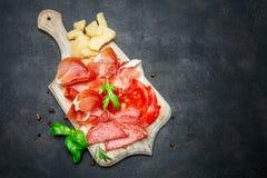 Crudo italiano del prosciutto o jamon, salchicha y queso españoles fotografía de archivo