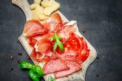 Crudo italiano del prosciutto o jamon, salchicha y queso españoles imagen de archivo