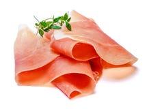 Crudo italiano di prosciutto di Parma o jamon spagnolo Prosciutto crudo su fondo bianco fotografia stock libera da diritti