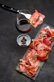 Crudo italien de prosciutto ou verre espagnol d'anw de jamon de vin Photographie stock libre de droits