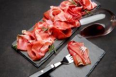 Crudo italien de prosciutto ou verre espagnol d'anw de jamon de vin Images stock