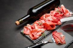 Crudo italien de prosciutto ou verre espagnol d'anw de jamon de vin Photo stock