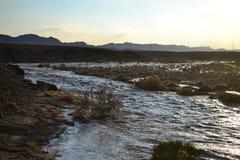 Crue subite énorme en Mitzpe Ramon Crater, désert du Néguev en Israël du sud, pléthores de courants de l'eau dans la région sauva photographie stock