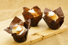 Cruffin creme brulee na drewnianej desce zdjęcie royalty free