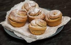 Cruffins hechos en casa de los pasteles, mollete con el polvo del azúcar Fotografía de archivo libre de regalías