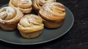 Cruffins hechos en casa de los pasteles, mollete con el polvo del azúcar Fotografía de archivo