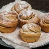 Cruffins hechos en casa de los pasteles, mollete con el polvo del azúcar Foto de archivo libre de regalías