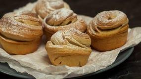 Cruffins hechos en casa de los pasteles, mollete con el polvo del azúcar Imágenes de archivo libres de regalías