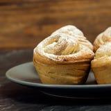 Cruffins hechos en casa de los pasteles, mollete con el polvo del azúcar Fotos de archivo