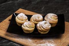 Cruffins hechos en casa de los pasteles, mollete con el polvo del azúcar Imagen de archivo libre de regalías
