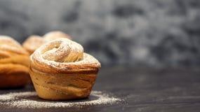 Cruffins hechos en casa de los pasteles, mollete con el polvo del azúcar Foto de archivo