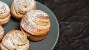 Cruffins hechos en casa de los pasteles, mollete con el polvo del azúcar Imagen de archivo