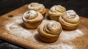 Cruffins hechos en casa de los pasteles, mollete con el polvo del azúcar, Fotos de archivo libres de regalías