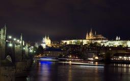 Crui för panoramautsiktCharles Bridge Vltava River Castle område fotografering för bildbyråer