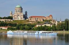 Cruise en de Basiliek Esztergom, Hongarije Royalty-vrije Stock Afbeelding