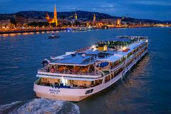 Free Cruise On Danube River By Night Royalty Free Stock Photos - 125277638