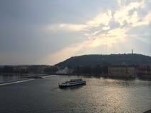 Cruise onder de Zonneschijn en de Wolken stock afbeelding