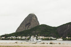 Cruise in river infront of Sugarloaf Mountain Royalty Free Stock Photos