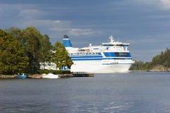Cruise-schip tussen eilanden Stock Afbeeldingen