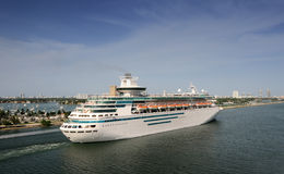 Cruise ship leaving port Royalty Free Stock Images