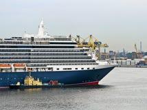 Cruise ship mooring Royalty Free Stock Photos