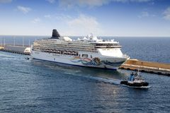 Cruise and tug Stock Photos