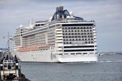 Cruiseboot bij haven van Salvador Stock Afbeeldingen