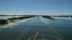 Cruiseboot die in meer Titicaca, Peru vaart stock video