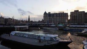 Cruiseboot in het gelijk maken van centrale kanalen van Amsterdam langzame geanimeerde video stock footage