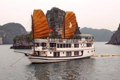 Cruiseboot met grote zeilen in Halong-Baai Royalty-vrije Stock Afbeeldingen