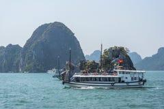 Cruiseboot op Halong-baai Royalty-vrije Stock Afbeelding