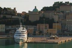 Cruisehaven en stad op heuvel Ancona, Italië stock foto's