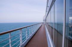 Cruiseomheining door venster Royalty-vrije Stock Foto