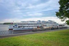 Cruisepassagiersschepen op de Volga Rivier op de meertros van Royalty-vrije Stock Fotografie