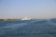 Cruiseroeien over het overzees stock afbeelding