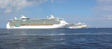 Cruiseschepen bij anker voor de kust Stock Foto's