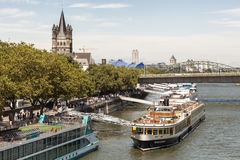 Cruiseschepen bij de Rijn-rivier in Keulen, Duitsland stock foto's
