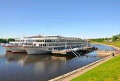 Cruiseschepen bij ligplaats in Uglich Stock Fotografie