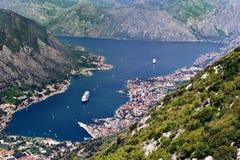 Cruiseschepen bij offerte in Kotor-Baai stock afbeelding