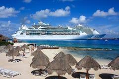 Cruiseschepen in Caraïbisch paradijs stock afbeelding