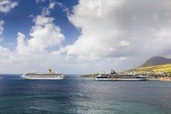 Cruiseschepen Costa Magica en Beroemdheidscruises in de haven van Basseterre worden gedokt die Royalty-vrije Stock Fotografie
