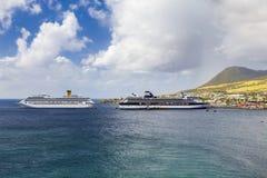 Cruiseschepen Costa Magica en Beroemdheidscruises in de haven van Basseterre worden gedokt die Stock Afbeelding