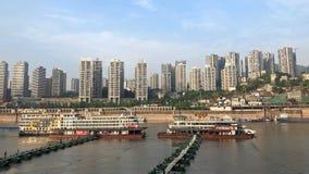 Cruiseschepen die op Yangtze-Rivier in Chongqing, China parkeren stock foto's