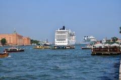 Cruiseschepen en kleiner waterverkeer op het Giudecca-Kanaal stock fotografie
