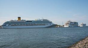 Cruiseschepen in haven Stock Foto's