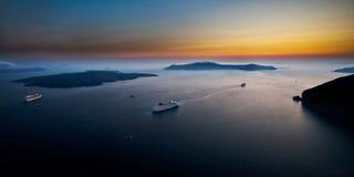 Cruiseschepen onder toneelzeegezicht van Cycladen Stock Fotografie