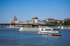Cruiseschepen op de rivier van Donau in Boedapest Royalty-vrije Stock Afbeeldingen