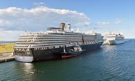 Cruiseschepen Zuiderdam en doctorandus in de exacte wetenschappen Magnifica stock foto