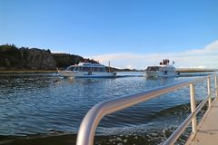 Cruiseschip aan het beroemde drijvende eiland van Uros van Puno-haven, Peru royalty-vrije stock foto